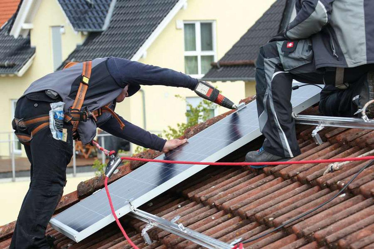 Ölheizung: Ab 2026 sollen Ölheizungen nur noch eingebaut werden dürfen, wenn sie erneuerbare Energien mit einbinden. Das können zum Beispiel Solarthermie- oder Photovoltaikanlagen sein.