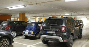 In den letzten Jahrzehnten sind die Autos immer breiter geworden, aber die Parkplätze nicht mitgewachsen. Foto: djd/DEVK