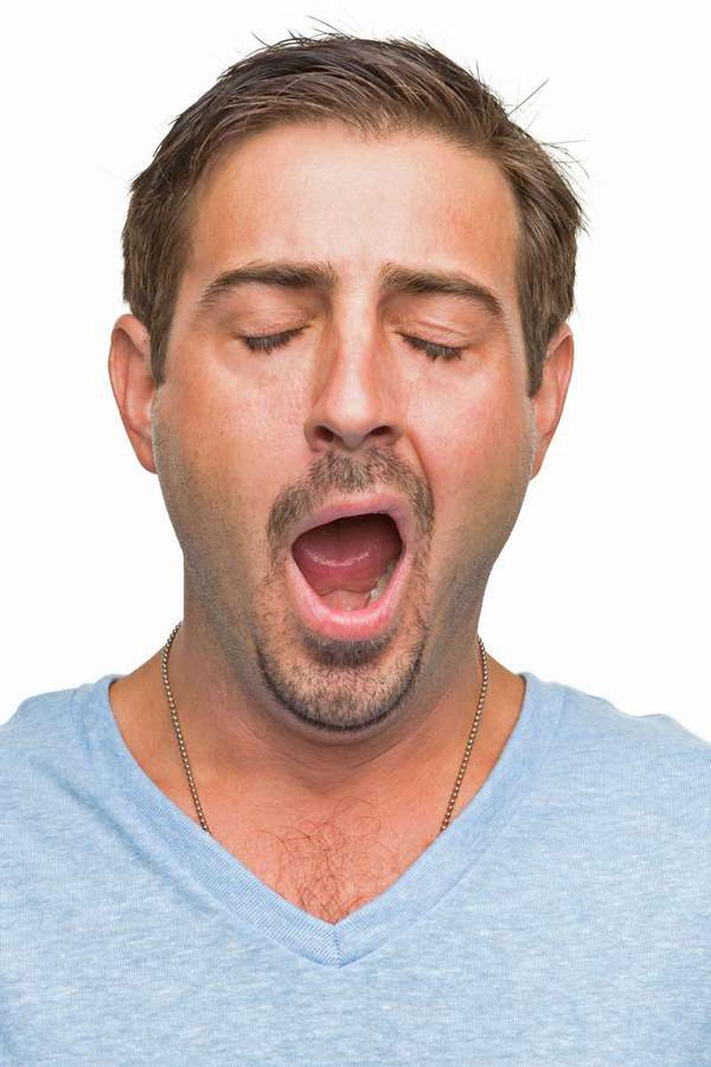 Schlafstörung: Bleierne Müdigkeit nach einer durchwachten Nacht belastet den Tag.