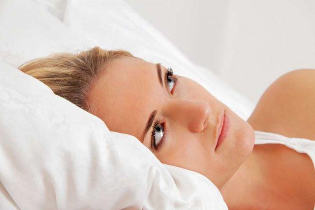 Schlafstörung: Frauen nehmen häufiger die Probleme mit ins Bett und neigen zu nächtlichem Grübeln, während die Zeit verrinnt. Foto: djd/Sedacur/Erwin Wodicka