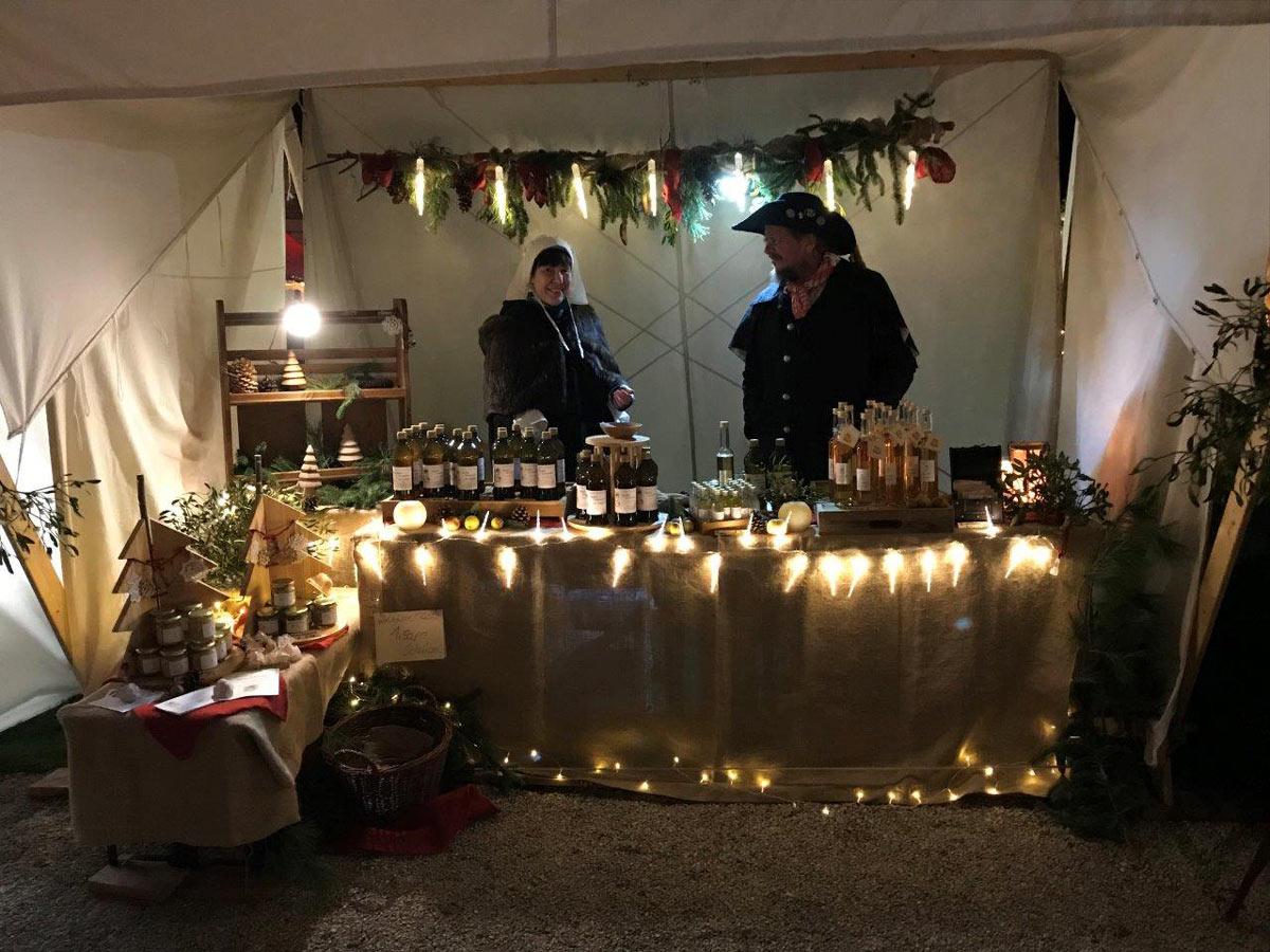 Vielfältige Stande auf dem Weihnachtsmarkt in Wörners Schloss.Foto: Wörners Schloss