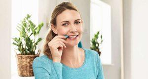 Zahnpflege: Die Reinigung der Zahnzwischenräume mit einer Interdentalbürste sorgt dafür, dass so viel Plaque wie möglich gründlich entfernt wird. Foto: djd/www.tepe.com