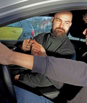 Studien belegen: Jugendliche, die am BF17 teilgenommen haben, fahren sicherer. Sie sind im ersten Jahr des selbstständigen Fahrens rund 20 Prozent seltener an Unfällen beteiligt als Gleichaltrige, die direkt nach der Fahrschule nur auf sich gestellt sind. Foto: djd/v.Kummer/BF17-Kampagne