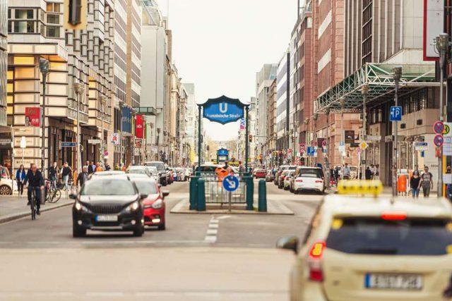 Fahrerassistenzsysteme: Gerade im komplexen Stadtverkehr brauchen zunehmend automatisiert fahrende Fahrzeuge eine höchst präzise Umfelderfassung. Zum Einsatz kommen dafür innovative Radar- und Videosensoren. Foto: djd/Bosch/Getty Images