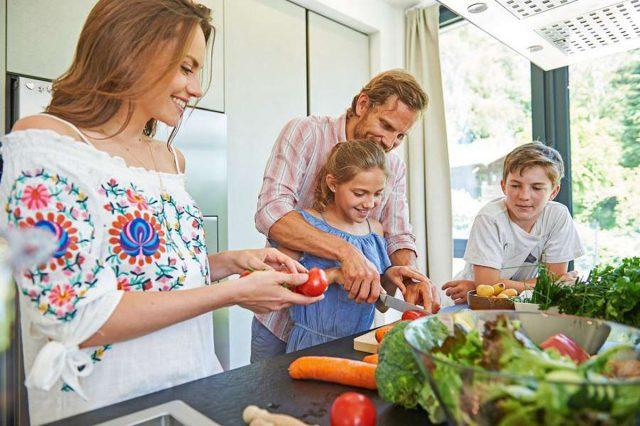 Mit Kindern kochen: Gemeinsames Kochen und regelmäßige Familienmahlzeiten sind ein Schlüssel zu einer gesünderen Kinderernährung. Foto: djd/LaVita/Thilo Brunner