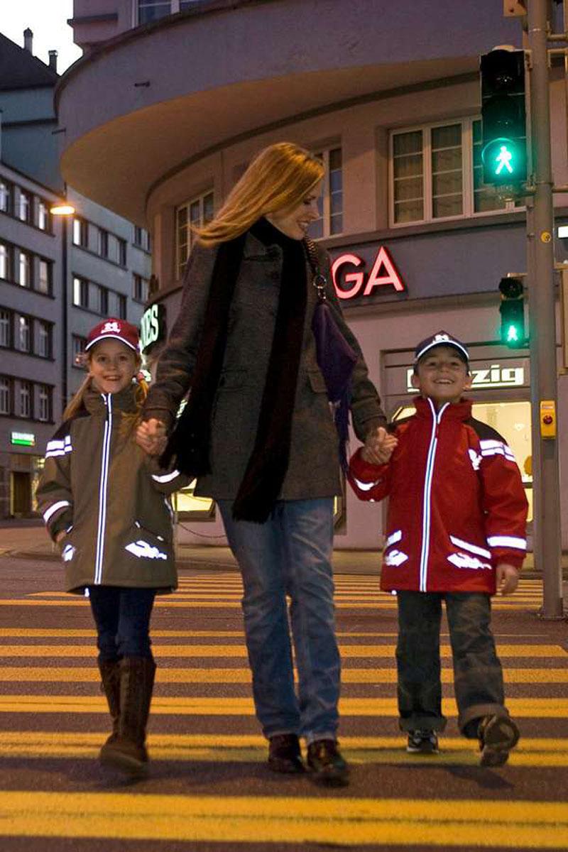 Mit Reflexmaterialien werden Fußgänger von Autofahrern viel früher wahrgenommen.