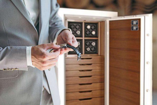 In einem Uhren- und Schmucktresor lassen sich wertvolle Stücke und mechanische Zeitmesser sicher aufbewahren. Foto: djd/Hartmann Tresore/romannoru - stock.adobe.com