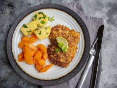 Wildgerichte: Auch bei Kindern hoch im Kurs: Rehschnitzel mit Chips-Panade schmeckt nicht nur herrlich knusprig, sondern liefert auch wichtige Nährstoffe. Foto: djd/Dorn/DJV