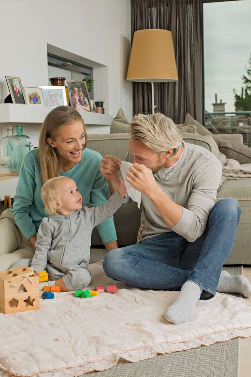 Feuchttüchern: Gerade in Haushalten mit kleinen Kindern sind Feuchttücher aus dem Alltag nicht wegzudenken. Was kaum jemand weiß: Ein Großteil der Tücher enthält erdölbasiertes Plastik und kann damit zur Gefahr für die Umwelt werden.