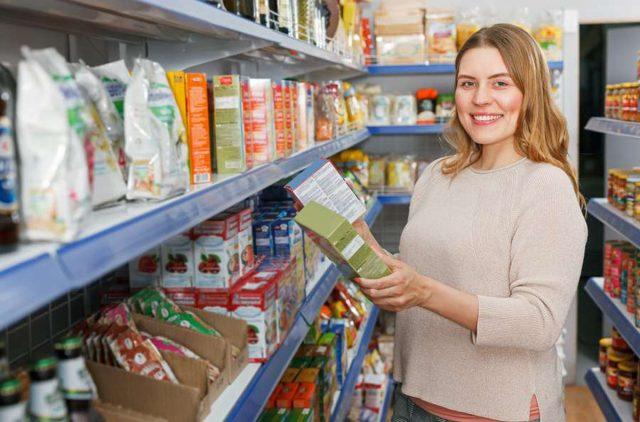 Bewusster essen:Wunschgewicht erreichen. Schon beim Einkauf sollte man genau auf die Zutatenliste schauen. Foto: djd/Leichter Leben/JackF - stock.adobe.com