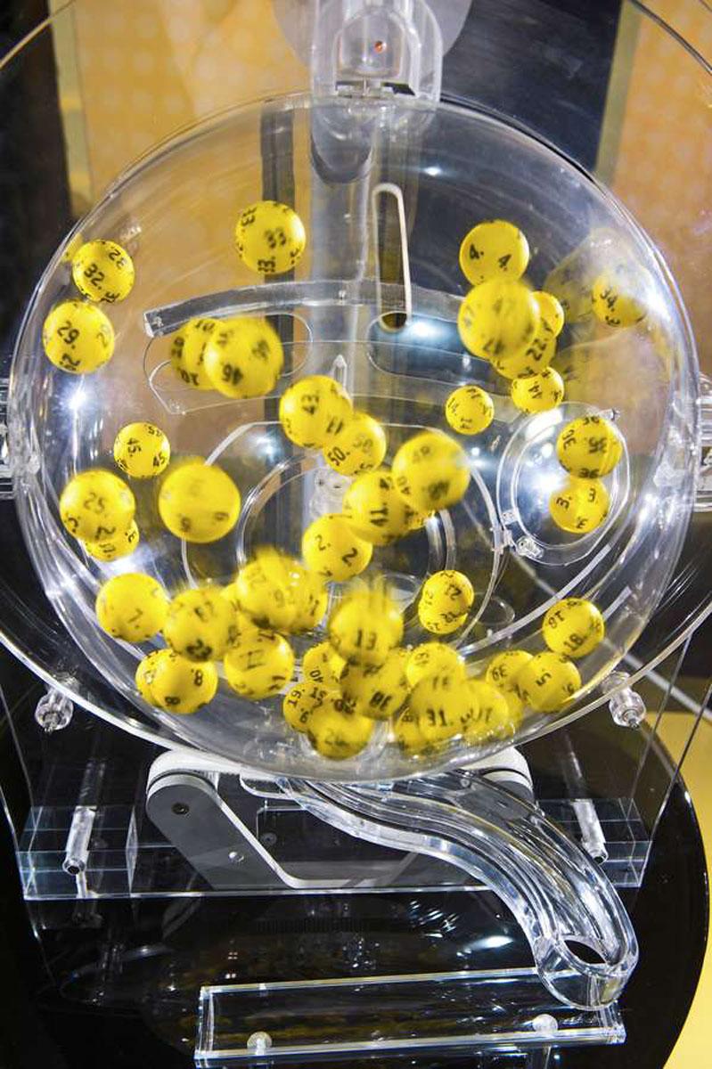 Die Gewinnzahlen der europaweiten Lotterien werden jeden Freitagabend in der finnischen Hauptstadt Helsinki gezogen - unter strengen Sicherheitsvorgaben und genau beobachtet von der Polizei.