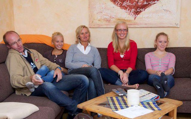 Es ist für Eltern nicht leicht, ihre Kinder selbstständig ins Leben gehen zu lassen. Foto: djd/Studienkreis GmbH