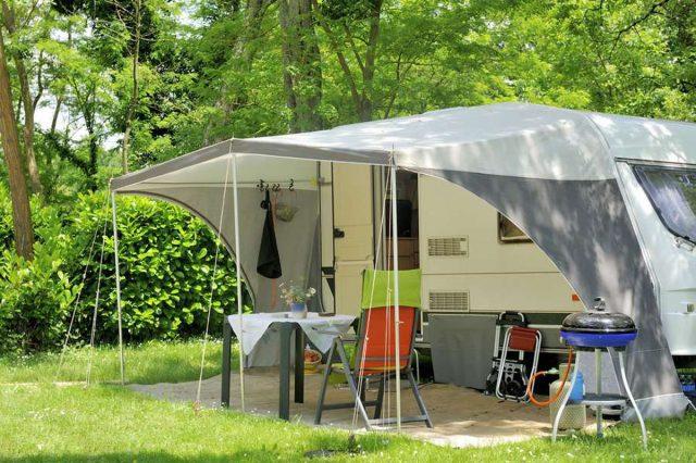Dauercamper: Das Zuhause von Dauercampern kann von Einbrechern heimgesucht werden oder durch Naturgewalten Schaden nehmen. Foto: djd/keinesorgen.de/Shutterstock