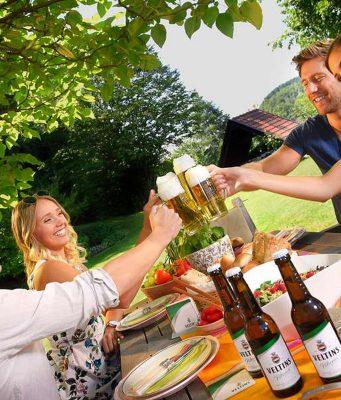 Bei den Speisen gilt heute: Erlaubt ist, was gefällt. Unverzichtbarer Teil des Grillens aber ist Bier. Foto: djd/Brauerei C. & A. Veltins
