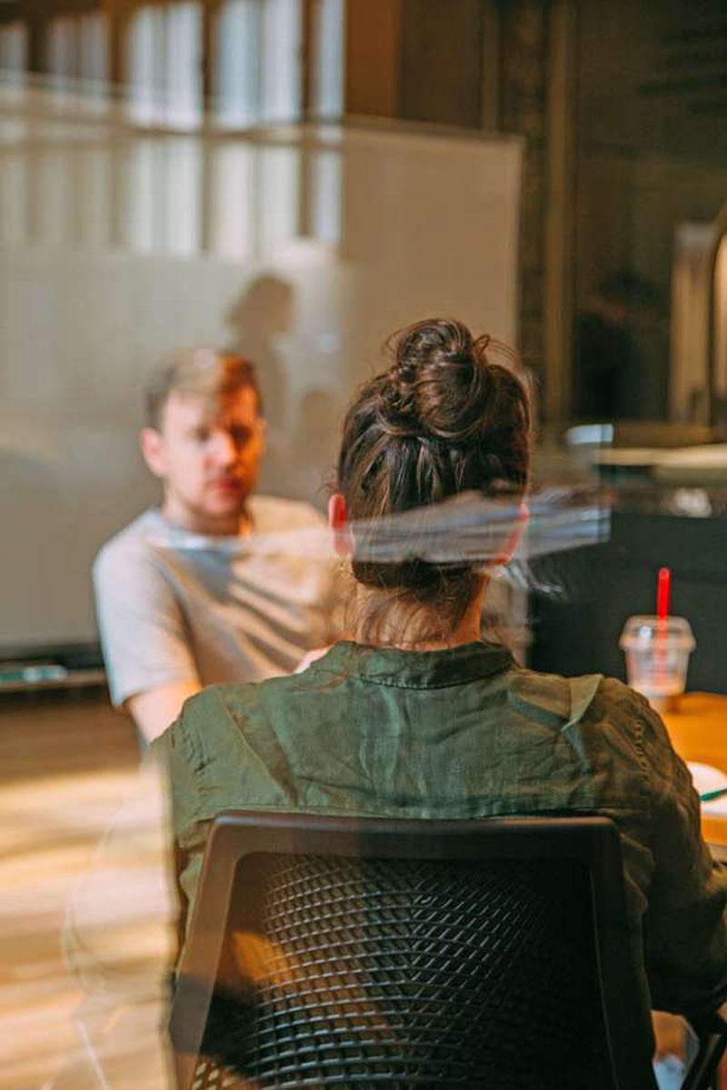 Körpersprache: Den Blickkontakt halten und Interesse signalisieren. So können Bewerber selbstbewusst im Jobinterview auftreten und Kompetenz ausstrahlen.