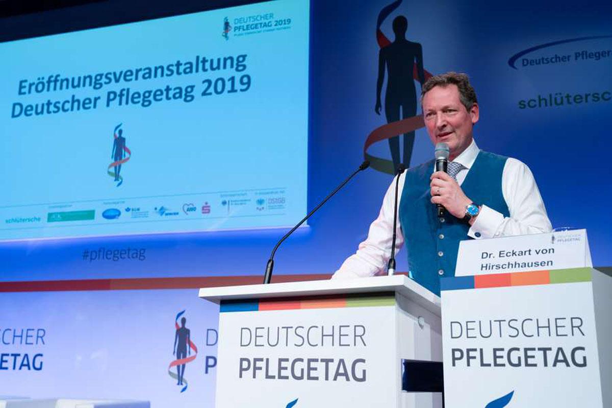 Wie schon im letzten Jahr wird Dr. Eckhart von Hirschhausen auch 2020 auf der Branchenveranstaltung sprechen - diesmal geht es um den Klimawandel im Kontext der Pflege