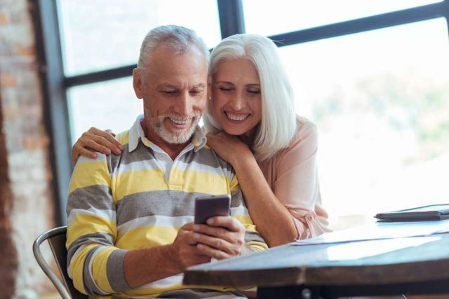Smartphones: Senioren nutzen ihr Smartphone ebenso wie jüngere Nutzer nicht nur zum Telefonieren, sondern greifen auch auf zahlreiche Anwendungen zurück. Foto: djd/emporia Telecom/Viacheslav Iakobchuk - stock.adobe.com