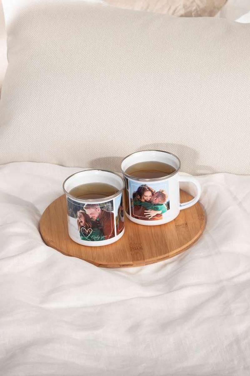 Geschenkideen zum Valentinstag: Ein Geschenk zum Valentinstag, das dauerhaft Freude bereitet: Aus einer Tasse mit dem Lieblingsfoto schmeckt der Morgenkaffee noch mal so gut.