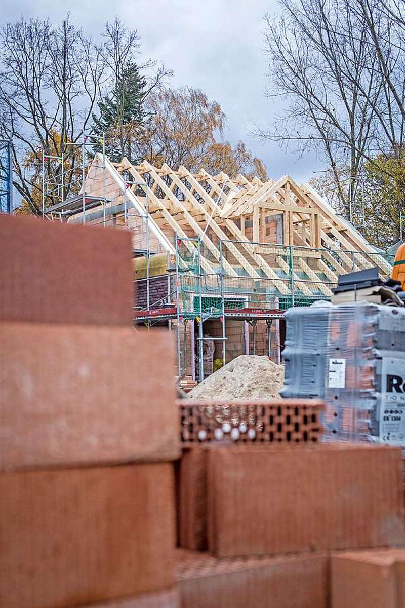 Bei privaten Bauprojekten fallen im Schnitt fast 30 Baumängel laut einer aktuellen Studie auf.