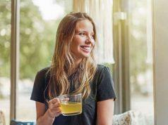 Fasten. Viel trinken: Drei bis fünf Liter Flüssigkeit - Kräutertee, Wasser und Brühe - sollte man an einem Fastentag zu sich nehmen. Foto: djd/Jentschura International/Getty
