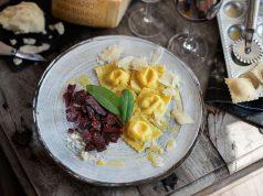 Dolce Vita für kalte Tage: Parmigiano-Reggiano- Ravioli und Rote Beete-Ragout. Foto: djd/Parmigiano Reggiano/Markus Bassler