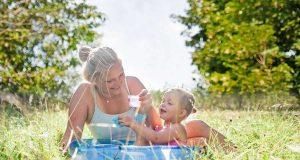 Allergiker: Ein unbeschwerter Sommer im Freien bleibt vielen Allergikern verwehrt. Zum Heuschnupfen gesellen sich oft Hautprobleme. Foto: djd/LETI Pharma GmbH/J. Heilmann