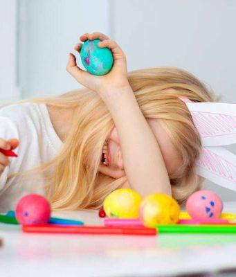 Ostertage: An Ostern ist genug Zeit, bunte Eier mit Quatschgesichtern zu verzieren. Das kann man auch als Wettbewerb spielen. Foto: djd/kinder/Getty