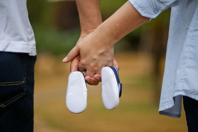 Eltern werden: Laut einer aktuellen YouGov-Umfrage hat in der Altersgruppe der 18- bis 24-Jährigen jeder Zweite einen Kinderwunsch. Foto: djd/DEVK/Pixabay