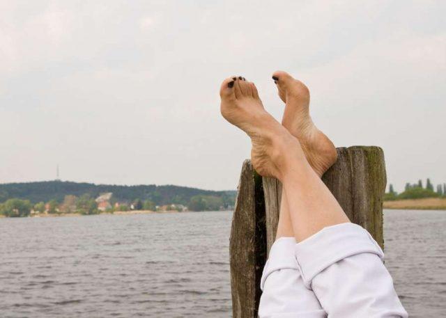 Gerade im Sommer möchte man seine Füße vorzeigen können. Veränderungen an ihnen können nicht nur ein kosmetisches, sondern auch ein medizinisches Problem offenbaren - gerade bei Menschen mit Diabetes.
