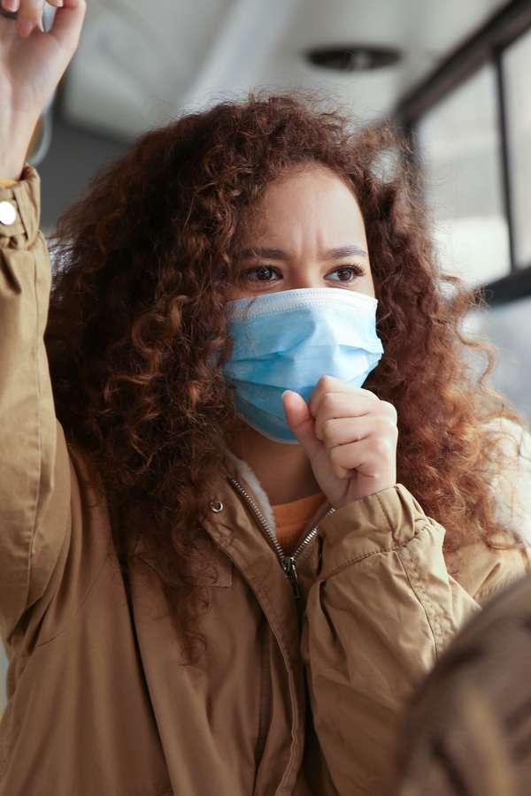 Wer sich noch in die Öffentlichkeit begeben muss, sollte penibel auf die Gesundheitsvorsorge achten.