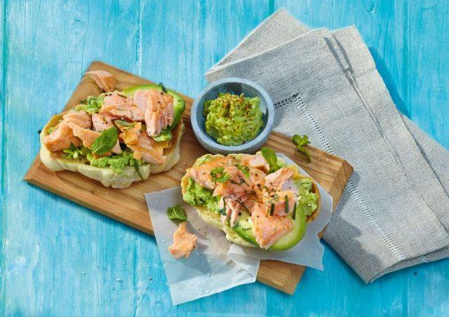 Frühlingshaft leicht und lecker genießen: Fisch gehört in jedem Fall dazu - zum Beispiel mit Lachs auf geröstetem Brioche mit Avocado und Minze. Foto: djd/COSTA Meeresspezialitäten