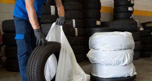 Auf Nummer sicher geht, wer den Reifenwechsel einem Profi in der Werkstatt überlässt. Dort gibt es auch Aufbewahrungstaschen, in denen die abmontierten Winterreifen sauber und bequem transportiert werden können.