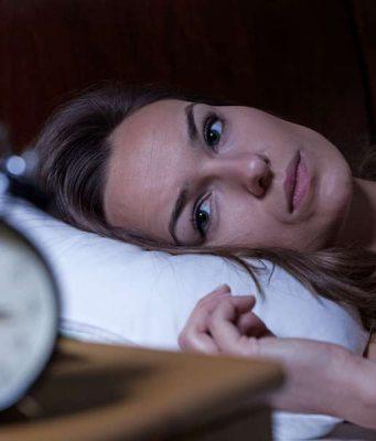 Besser einschlafen: Wenn Schäfchenzählen nicht weiterhilft, kann Melatonin das Einschlafen unterstützen. Foto: djd/Cefanight/Getty Images/iStockphoto/Katarzyna Bialasiewicz