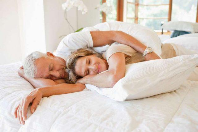 Schlaftyp: Entspannt einschlafen und umso erholter wieder aufwachen. Die Wahl eines hochwertigen Nackenstützkissens hat großen Anteil daran.