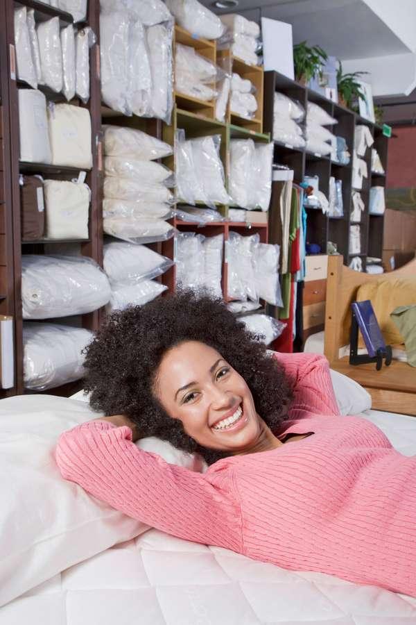 Schlaftyp: Jeder schläft anders. Individuelle Faktoren wollen daher beim Kauf von Matratze, Lattenrost und Kissen berücksichtigt werden.