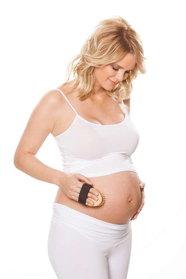 Gegen schwere Beine: Model Monica Meier-Ivancan schwor während ihrer Schwangerschaften auf die abschwellende Wirkung basischer Strümpfe . Pflegetipps für Schwangerschaft