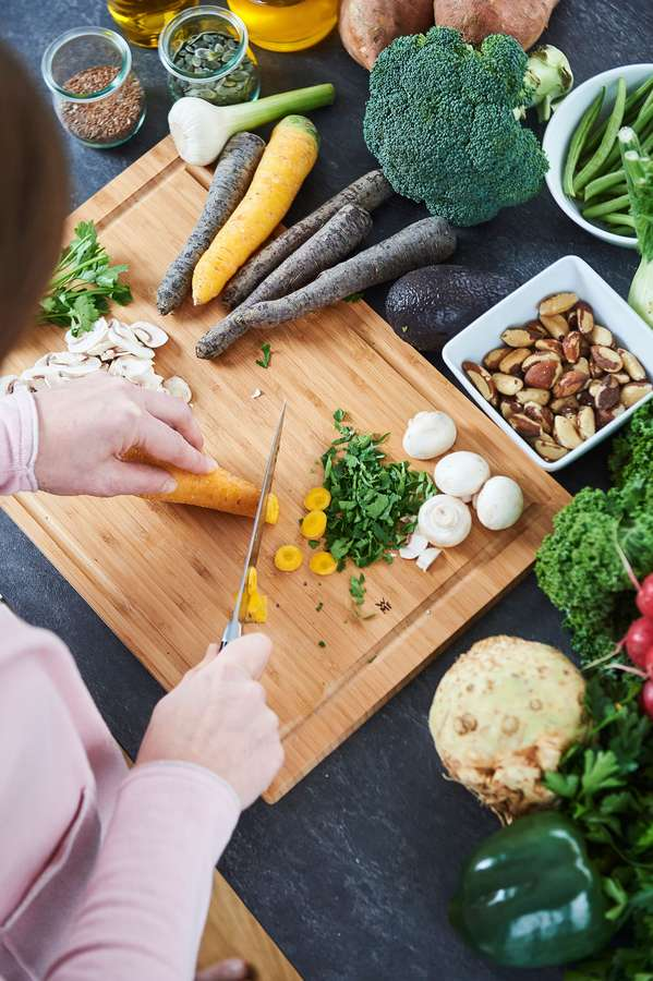 Menopause: Wer unter Hitzewallungen und Schweißausbrüchen leidet, sollte auf scharfe Gewürze, heiße Getränke und Suppen sowie allgemein auf scharfes Essen verzichten.