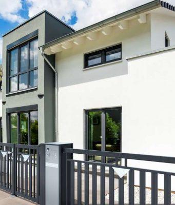 Zäune: Stilvoller Empfang: Ein hochwertiger Zaun unterstreicht die Architektur des Eigenheims.