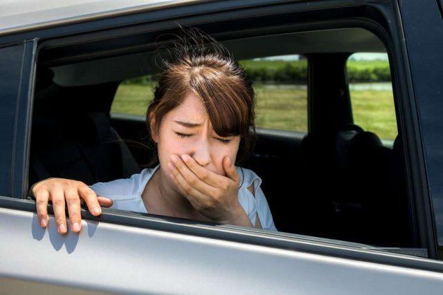 Brechreiz Probleme: Vielen Kindern und Jugendlichen wird es beim Auto-, Bus- oder Bahnfahren schlecht. Foto: djd/Hermes Arzneimittel/Shutterstock/metamorworks