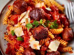 Fusilli in Tomatensoße mit Hackbällchen auf Erbsenbasis