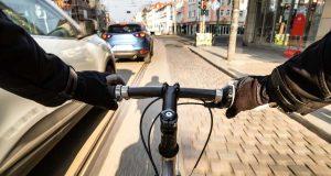 Abstand halten: Beim Überholen von Radfahrern sollte unbedingt ein Mindestabstand von 1,5 Metern eingehalten werden. Foto: djd/Deutscher Verkehrssicherheitsrat/David.Sch - stock.adobe.com