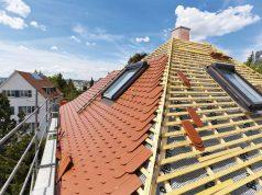 Sanierung alter Dächer: Eine Sanierung und Dämmung alter Dächer lohnt sich gleich mehrfach - für die Umwelt ebenso wie für die eigene Haushaltskasse. Foto: djd/Paul Bauder/Getty Images/Brand X