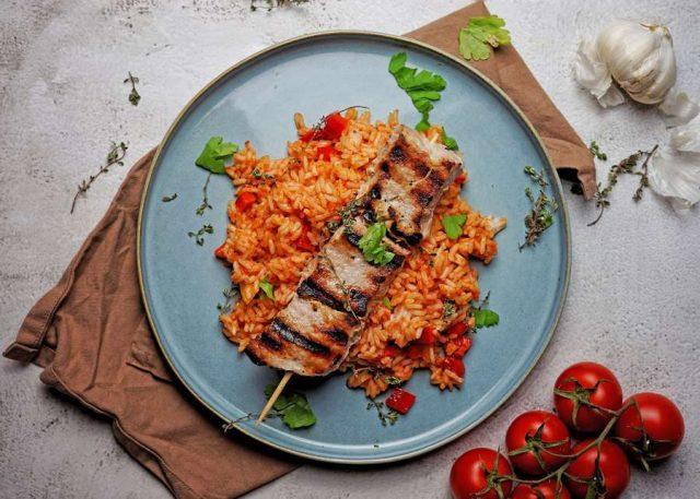 Griechenspieß: Besonders aromatisch und schön zart wird der Grillspieß mit einer Marinade aus griechischem Zaziki. Foto: djd/APOSTEL Griechische Spezialitäten