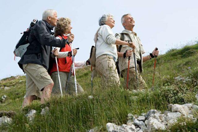 Wer rastet, der rostet: Wandern zählt zu den gelenkschonenden Sportarten, ebenso wie Schwimmen und Radfahren. Foto: djd/Hermes Arzneimittel/Imagesource