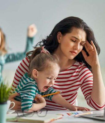 Dauernde Überforderung und Anspannung führen in die Stressspirale - auch weil die Bildung des Glückshormons Serotonin behindert wird.