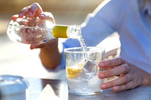 Sommerbeschwerden: Eine reichliche Flüssigkeitszufuhr ist bei hohen Temperaturen wichtig. Eisgekühlte Getränke sind hierfür jedoch ungünstig. Foto: djd/Padma Deutschland GmbH/Lifestock