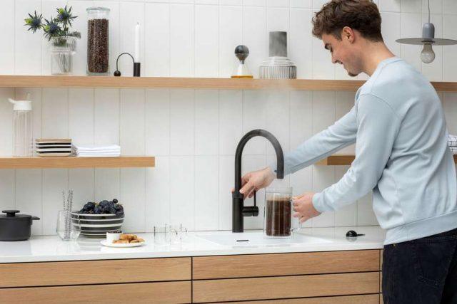 Kochendwasserhähne: Ein Wasserhahn für alles: Er spendet kochendes Wasser auf Knopfdruck ebenso wie kühles und gefiltertes Trinkwasser - ganz nach Wunsch still oder mit Kohlensäure. Foto: djd/Quooker