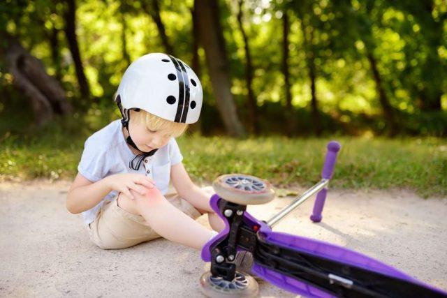 Kinderwunden: Knie aufgeschlagen? Oberflächliche Wunden bei Kindern können meist problemlos behandelt werden.