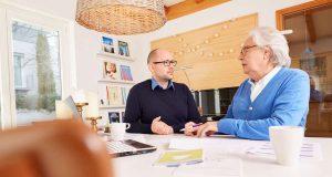 Mit guter Beratung und Kenntnis um die regionalen Angebote können Senioren oft länger zu Hause wohnen bleiben.