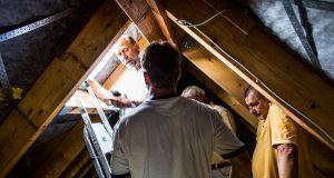 Qualitätskontrollen: Falsche Verbindungen der Dachkonstruktion im Neubau können teuer werden, wenn sie nicht frühzeitig erkannt und korrigiert werden.